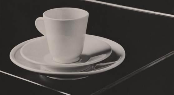 Hans Finsler (1891–1972) Tasse, Untertasse und Teller, 1931 Silbergelatine-Abzug auf Barytpapier 16,4 × 22,9 cm Städel Museum, Frankfurt am Main, Eigentum des Städelschen Museums-Vereins e.V. © Nachlass Hans Finsler