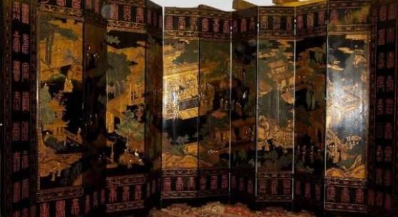 Prachtvoller , musealer Palast-Stellschirm aus Edelholz mit Goldlack, China um 1900 Sehr großer, zwölfflügeliger Paravent/Raumteiler mit detailreicher Darstellung des Ming-Kaiserhofs im Relief, u.a. mit einer Audienzszene, edlen Hofdamen auf Schaukeln sowie Musikern in einem Pavillon, umrandet von archaischem rotem Siegelschriftzug, auf Rückseite Verse über die Schenkung des Stellschirms an den Vater eines hohen Beamten, gerahmt von dekorativen Chimären- und Kranich-Bändern sowie Bogu-Motiven, Edelholz m. flach eingeschnittenem Dekor in Goldlack u. Teilkolorit, leichte altersbedingte Spannungsrisse im Lack sowie ein Flügel mit stärkeren Rissen auf Rückseite, Gesamtgröße 2,75 x 6,50 m, Achtung: Versand nur durch Spedition!