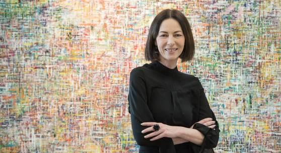 ((Bild Suzanne Kolmeder Copyright Christopher Cocks; Bildnachweis: Christopher Cocks)): Zeigt auf der ARTe Acrylbilder aus ihrem Stuttgarter Atelier Abstrakte Kunst: Suzanne Kolmeder.