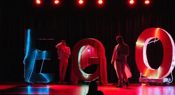 Bildzeile: Farbenfrohes Spektakel: Die Kapu-Theater-AG gastiert im TextilWerk (Foto: St.-Josef-Gymnasium)