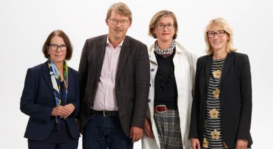 Das Tata Ronkholz Komitee (v.l.n.r.): Gabriele Conrath-Scholl, Stefan Gronert, Barbara Hofmann-Johnson  Direktorin Van Ham Art Estate: Renate Goldmann (ganz rechts)