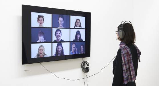 Foto: Antonia Baehr, Could You Please Laugh Like Nicole Dembélé? – Chorus 1, 2012 Ausstellungsansicht LACHEN, TAXISPALAIS Kunsthalle Tirol, 2019 HD-Video 3:39 Min. Courtesy die Künstlerin Foto: Günter Kresser