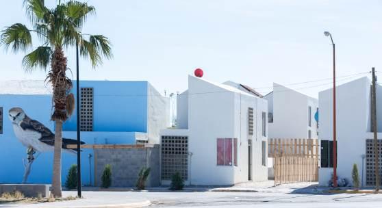 Sozialer Wohnbau – insgesamt 16 Wohneinheiten mit je 52 m2 und einem öffentlichen Raum mit 27.000m2 – in Acuña, Mexiko, 2015 © Foto: Iwan Baan