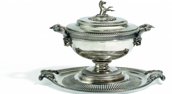 Prächtige George III Terrine auf Presentoir mit Hippokamp London   1806-07   Paul Storr Ca. 9190g   Gesamthöhe 34,5 cm Taxe: 25.000 - 30.000 Euro