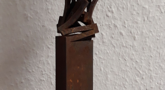 Arbeit 32: Thomas Röthel, Drehung, Stahl auf Steinsockel,2020, Höhe 39 cm. 1.980 €