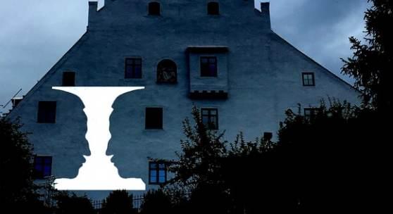 Abb: Ugo Dossi, Projektion Emanuel von Seidl auf die Schloßmauer in Murnau, 2019