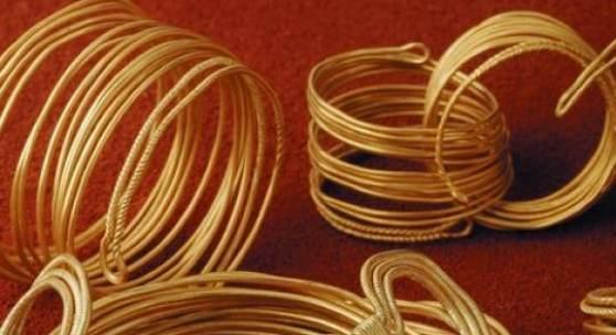 Gold, in Form von Armreifen und Drahtspiralen © P. Kolp