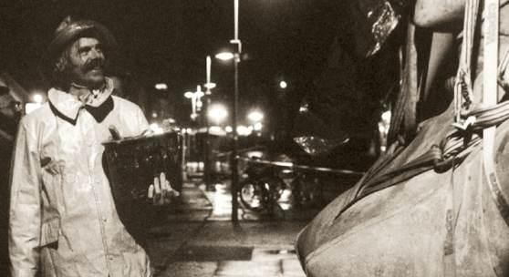 """Peter Lenk bei der Aufstellung der """"Imperia"""" in Konstanz (1993)"""