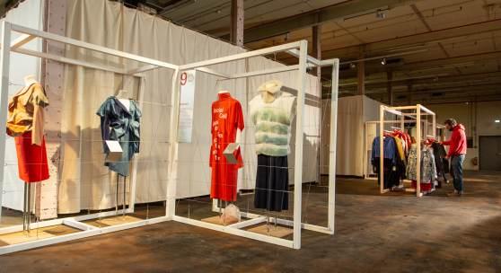 Blick in die Ausstellung use-less in der Spinnerei im TextilWerk Bocholt Foto: LWL / Bet