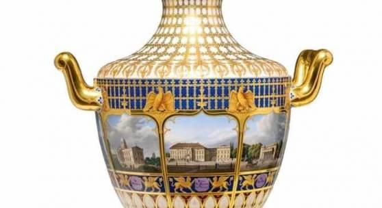 Vase mit acht Ansichten von Berlin Porzellan, preußisch blauer Fond, farbiger Aufglasurdekor, radierte und ombrierte Vergoldung. Modell Münchner Vase No. 2