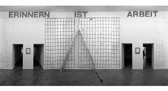"""""""Erinnern ist Arbeit"""", Ausstellungsprojekt von Einar Schleef, 1992, im Marstall, Berlin. Foto © Ute Schendel. VG Bild-Kunst, Bonn 2021"""