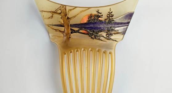 Zierkamm mit Landschaft und untergehender Sonne Horn, Gold, Email René Lalique Paris, um 1900 Musée Lalique, Wingen-sur-Moder © VG Bild-Kunst, Bonn 2015*