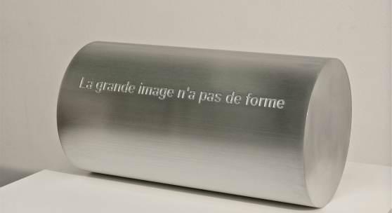 Leo Zogmayer, Le grand image n'a pas de forme, 2013, Aluminium graviert, 37 x 20 cm, Ed. 4