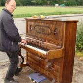 Inhaber Stefan Wersdörfer mit Piano (c) antikhandel-bonn.de