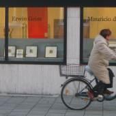Aussenansicht der Galerie Edition Camos mit Dame am Fahrrad (c) edcamos.de
