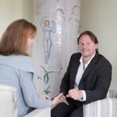 """Roland Leitner beim Interview mit """"Der Gmundnerin"""". Im Hintergrund ein Original-"""