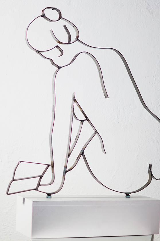 Frau mit Buch Metall