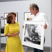 Peter Coeln überreicht Bundeskanzlerin Brigitte Bierlein ihr mit dem Susse Frères Daguerréotype aufgenommenes Porträt Foto: Patricia Riener