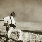 "ROBERT CAPA (1913–1954) 'The Falling Soldier' (Loyalist Militiaman at the Moment of Death), Córdoba front, September 5th, 1936 Silbergelatine-Abzug, Vintage 12,4 x 18,6 cm Rückseitig ""Black Star"" Stempel und diverse handschriftliche Notizen Startpreis: € 60.000 / Schätzpreis: € 100.000–120.000"