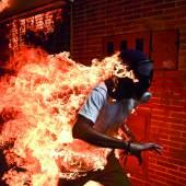 3. Mai 2017 Bei gewaltsamen Zusammenstößen von Protestierenden mit der Polizei während einer Demonstration in Caracas, Venezuela, gegen die von Präsident Nicolas Maduro angekündigte Reform der Staatsverfassung fängt der 28-jährige José Victor Salazar Balza Feuer. Ronaldo Schemidt Agence France-Presse.