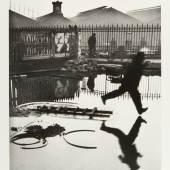 HENRI CARTIER-BRESSON (1908–2004) 'Derrière la Gare Saint-Lazare', Paris 1932 Silbergelatine-Abzug, 1990er- Jahre 35,7 x 24,1 cm Vorne im Rand signiert, rückseitig Copyright-Stempel Startpreis: 6.000 € / Schätzpreis: € 10.000-12.000