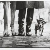 ELLIOTT ERWITT (* 1928) New York City, 1974 Silbergelatine-Abzug, 1990er- Jahre 29,7 x 43,9 cm Vorne im Rand signiert, rückseitig signiert, betitelt und datiert Startpreis: 3.600 € / Schätzpreis: € 6.000-7.000