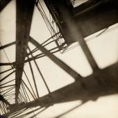 JAROSLAV RÖSSLER (1902–1990) 'Konstrukce' (Eiffel Tower), 1928 Vintage silver print 22,4x22cm Signed and dated by the photographer in ink on the reverse, photographer's Praha studio stamp on the reverse, traces of retouche Schätzpreis 20.000–25.000 Euro © WestLicht Photo Auction