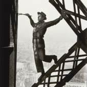 MARC RIBOUD (1923–2016) 'Le Peintre de la Tour Eiffel', Paris 1953 Silbergelatine-Abzug, 1990er-Jahre 36,2x24cm Rückseitig signiert und gestempelt Startpreis: 2.800 € / Schätzpreis: € 4.500-5.000