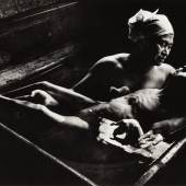 W. EUGENE SMITH (1918–1978) 'Tomoko Uemura in her bath', Minamata, Japan 1972 Vintage silver print 15x24,5cm Photographer's distribution stamp and address stamp on the reverse Schätzpreis 5.000–6.000 Euro © WestLicht Photo Auction