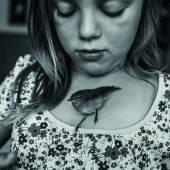 14. August 2014 Hannah mit Vogel Pipsi, den sie in einem nahen Feld gefunden hatte. Obwohl die Mädchen sich rührend um den Vogel kümmerten, starb er noch im selben Sommer. Er erhielt eine wunderschöne Beerdigung. Carla Kogelman