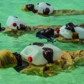 25. Oktober 2016 Schülerinnen der Kijini Grundschule wird das Schwimmen und das Durchführen von Rettungsmaßnahmen beigebracht, Indischer Ozean, vor Muyuni Beach, Sansibar. Anna Boyiazis