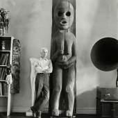 Max Ernst im Haus von Peggy Guggenheim, New York, Herbst 1942 © Münchner Stadtmuseum Archiv, Hermann Landshoff