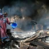 Akintunde Akinleye, Ölfeuer in Lagos, 2006.  © Akintunde Akinleye