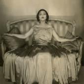 02 EDWARD STEICHEN Schauspielerin Jetta Goudal in einem Seidenkleid von Lanvin, 1923 Courtesy Condé Nast Archive © 1923 Condé Nast Publications
