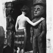 Ernst Ludwig Kirchner Nina Hard vor dem Eingang des Hauses In den Lärchen, Sommer 1921 Glasnegativ Kirchner Museum Davos, Schenkung Nachlass Ernst Ludwig Kirchner 1992