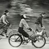 The Bicyclers, erschienen im Junior Bazaar August 1946 © Münchner Stadtmuseum Archiv, Hermann Landshoff