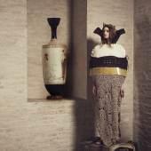 """Bildtitel: """"Vasenbild""""; Entwurf Strickkleid: Sophia Stuhlmiller; Vorbild: griechischer Vasentypus Lekythos (Salbölgefäß), Staatliche Antikensammlungen München"""