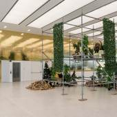 John Armleder, Plus ça change, plus c'est la même chose, veduta della mostra a Museion, 2018. Foto Luca Meneghel. Courtesy of the artist and Massimo De Carlo, Milan/London/Hong Kong VG : Gogo III, 2018