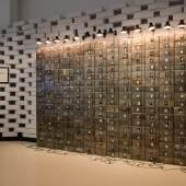 """Blick in die Ausstellung auf Christian Boltanskis """"Reserve der toten Schweizer"""", 1989 © Wolfgang Lackner"""