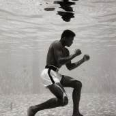 3 – Los 158 FLIP SCHULKE (1930–2008) Muhammad Ali boxing underwater, Miami 1961 Gelatin silver print, printed in the 1990s 47,7 x 32 cm Signed and inscribed by Donna Schulke on the reverse, original lifetime print by Flip Schulke € 2.600 / € 5.000–6.000