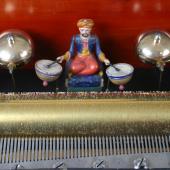 Musikdose «Automatic Drum». B.A. Brémond, Genf um 1865. 8 Musikstücke; Kamm mit 85 Tönen; 6 Glocken, Trommel mit 8 Schlägeln. Mit sichtbaren Glocken, versteckter Trommel und Figur. 61 x 31 x 21 cm (L. x T. x H.). (c) Museum für Musikautomaten Seewen SO