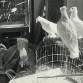 """04 – Los 72 HENRI CARTIER-BRESSON (1908–2004) Henri Matisse, Vence Februar 1944 Silbergelatine-Abzug, Vintage 17,5 x 25 cm Rücks. Fotografenstempel, """"MENTION OBLIGATOIRE"""" Stempel und diverse handschriftliche Vermerke € 4.000 / € 7.000-9.000"""