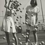 """Tennisbälle"", die Modelle Wanda Delafieldund Peggy Lloyd, um 1945 © Münchner Stadtmuseum Archiv, Hermann Landshoff"
