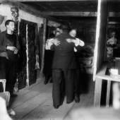 Ernst Ludwig Kirchner Bauerntanz im Obergeschoss des Hauses In den Lärchen mit Selbstporträt links, 1919/20 Glasnegativ Kirchner Museum Davos, Schenkung Nachlass Ernst Ludwig Kirchner 1992