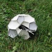 Annelies Oberdanner Metamorphosen, 2010–2021, gefundene Fußballreste © Annelies Oberdanner