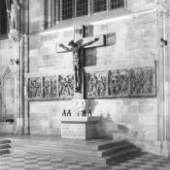 Altar-Installation nach 1945 für die im Krieg Gefallenen mit den sechs Passionsreliefs, St. Stephan, Apostelchor (Foto 1953) © Archiv der Dombauhütte St. Stephan, Wien