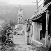Ernst Ludwig Kirchner Das Bildhaueratelier neben dem Wildbodenhaus (Skulpturen von Hermann Scherer und eine von Kirchner), 1924 Glasnegativ Kirchner Museum Davos, Schenkung Nachlass Ernst Ludwig Kirchner 1992