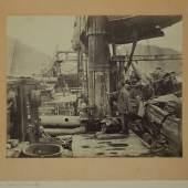 06 – Los 1 JOHN THOMSON (1837–1921) Konvolut aus 12 frühen China-Aufnahmen, ca. 1868 12 Albumin-Abzüge, alle auf originalem Karton montiert Mehrheit ca. 27 x 21 cm Jedes beschriftet, manche im Bild nummeriert € 4.000 / € 8.000-10.000
