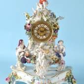 """864Tischuhr mit Sockel """"Schwerter Meißen"""" Porzellan, handbemalt, reiches plast. Blumendekor u. 4 allegorische Figuren """"Die vier Jahreszeiten"""", geschw. Form, Bronzezifferblatt m. Emaillekartuschen, röm. Ziffern, Schlüsselaufzug, 1/2-Stunden-Schlag auf Glocke, Pendel, Gesamt 58 x 42 x 22 cm, Modell-Nr. """"2171"""", besch., Ergänzung: Werk """"Lenzkirch""""  1500,00*"""