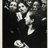 07 – Los 82 ROBERT CAPA (1913–1954) Neapel, Oktober 1943 Silbergelatine-Abzug, Vintage 24,2 x 19 cm Rücks. Fotografenstempel, Reproduction-Stempel und diverse handschriftliche Vermerke 2.400 / € 4.000-5.000